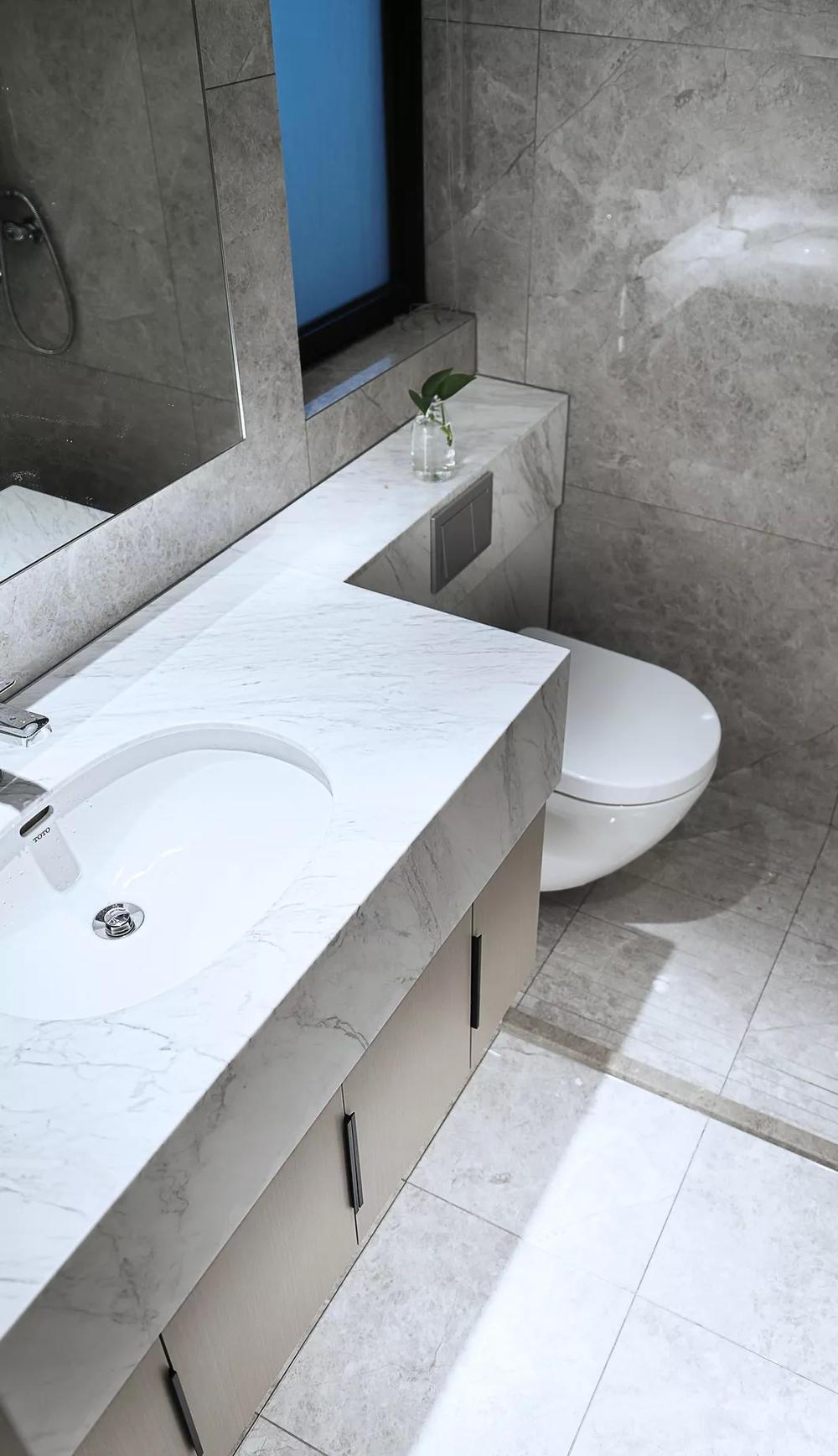 米白色大理石质感的洗手台与地砖,结合