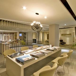 现代简约办公展厅空间设计图