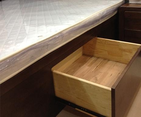 床头柜 产品优势 纯实木 采用进口南美胡桃木,床两侧新增超大床箱储物