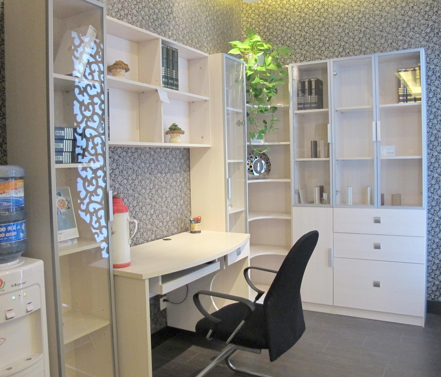 【装修风格】:日式风格 【装修户型】:两室  整体空间是由白色的墙面和木地板打造成的,主要以营造清新温暖的五口之家为设计初衷。家里使用到的搁板或家具也是木质的,符合整体空间风格,同时比较环保健康,对于有小孩的家庭来说是不二的选择。无需浓墨重彩,一点绿色植物就可以给整个空间源源活力。  厨房是半开放式的,平时一家人吃饭用厨房这的L型小餐桌即可,圆润的流线感给稍显单调的空间增加了灵动性。拐角处的空间没有被浪费,放上两个藤编的收纳篮,就开辟出了收纳空间,如果可以做上柜门的话,视觉效果也许会更好。  为了完整地塑