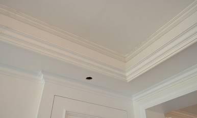 木工在做吊顶时候发现楼板不平,零时加了很多石膏线条