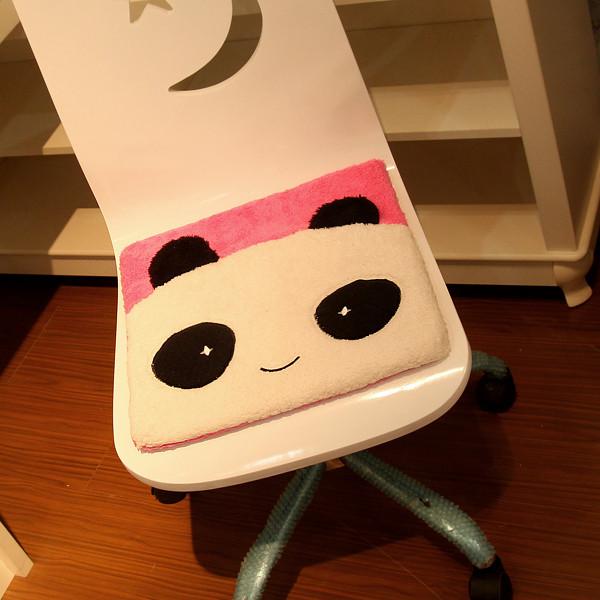 欢欢熊红色粉色毛绒卡通动漫坐垫