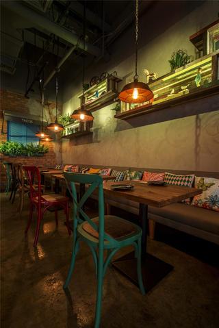 怀旧工业风餐厅装修双人用餐区