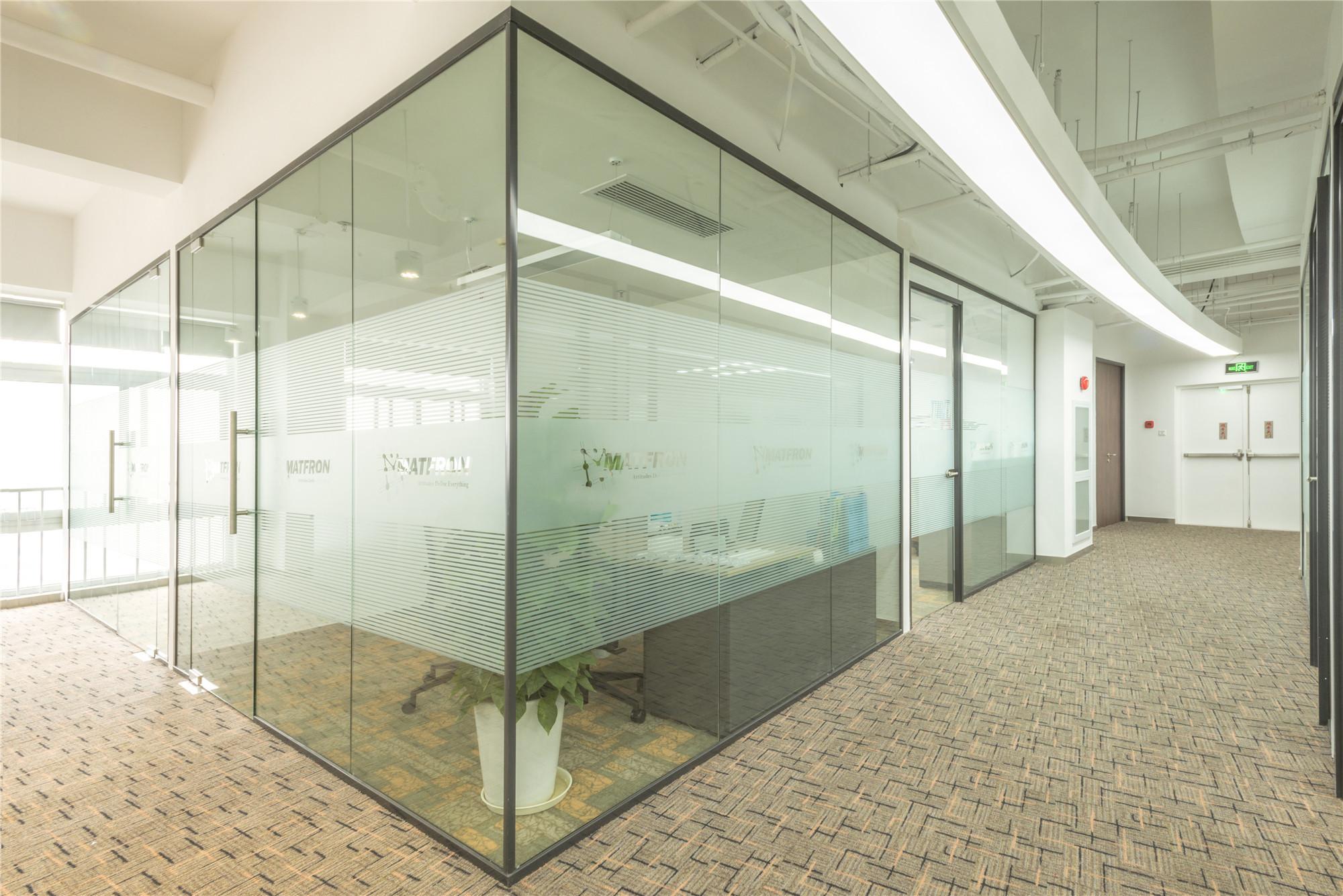 简约风办公室装修玻璃隔断设计