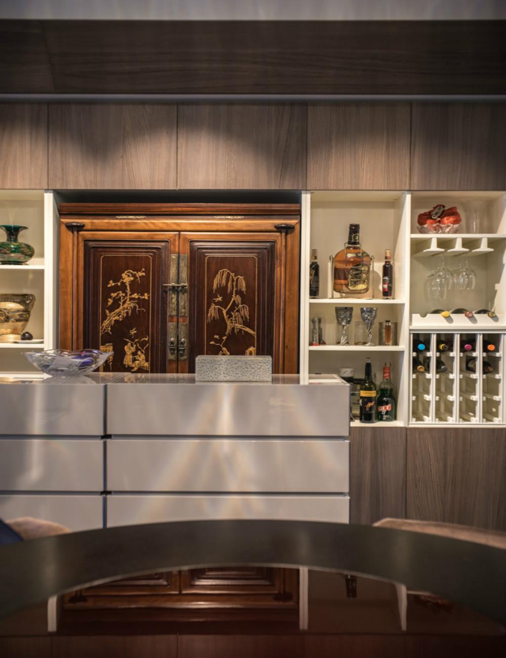 中式风三居装修餐边柜图片