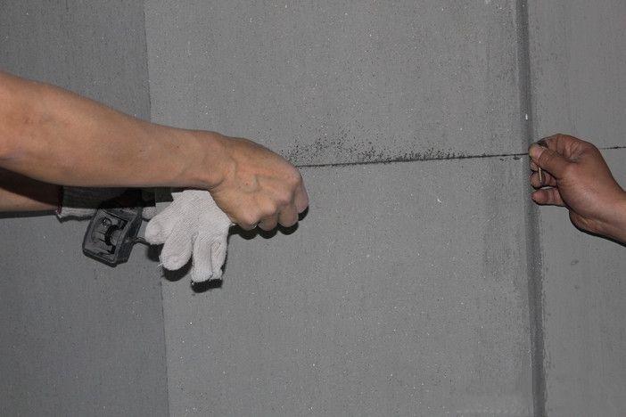 二、临时用电 1.施工现场临时用电应有完整的插头、开关、插座、漏电断路器,临时用电必须使用电缆线。 2.进场时把空气开关的电线全部卸下来,然后从总进线接到临时配线电箱。工程队应自带配电箱,包括漏电开关、空气开关及带保护装置的插座,电缆线应完好无损。 3.包括切割机、角磨机、电据、手电钻、冲击钻等电动工具,经检验绝缘性能应完好无损,使用安全可靠,操作方法正确。