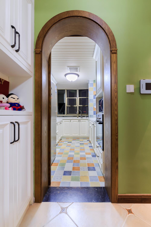 130平美式风格三居装修厨房门洞设计