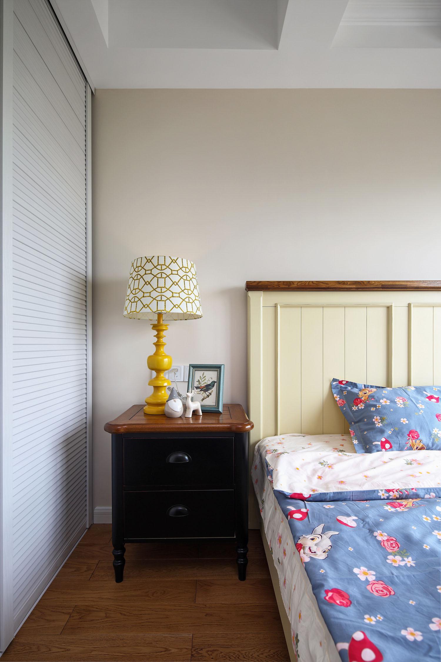 105平美式风格三居装修床头柜图片
