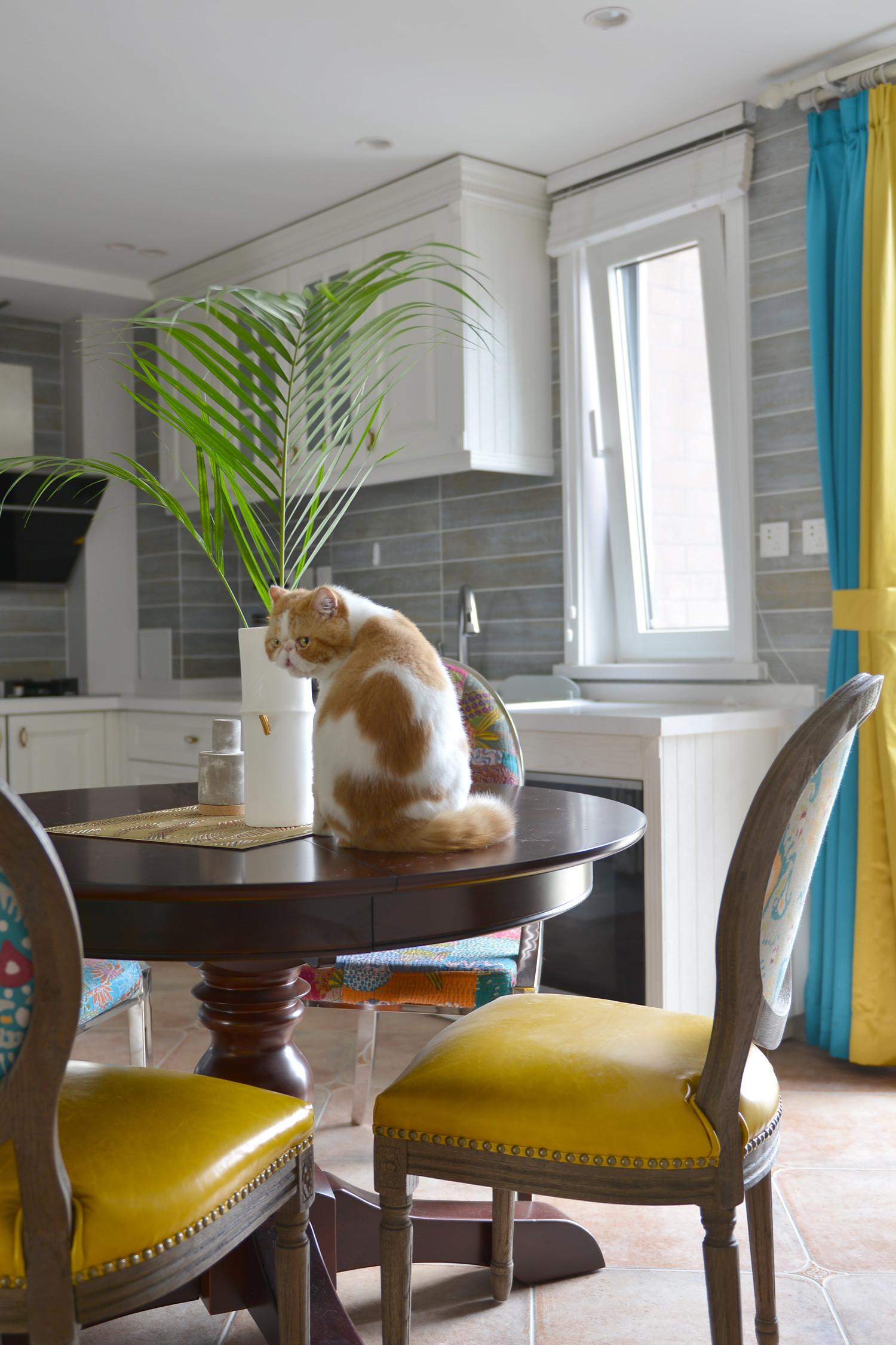 140平美式三居装修餐桌椅图片
