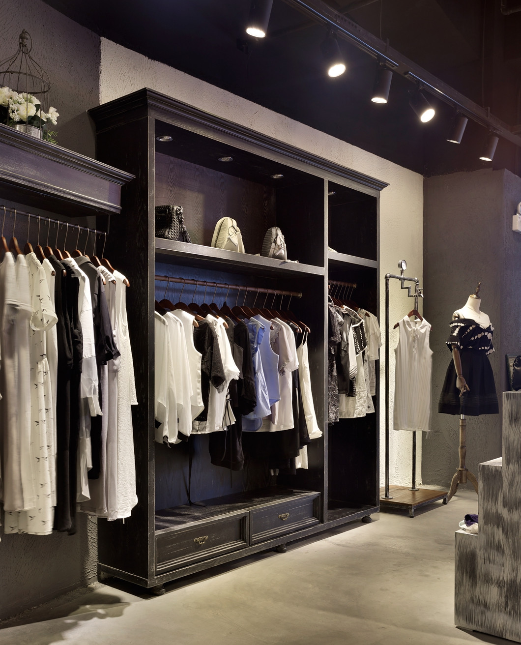 loft风格服装店装修衣柜图片