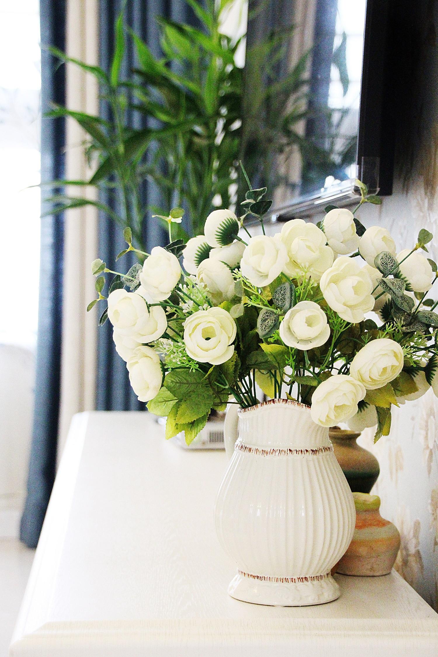 美式风格三居装修电视柜花瓶装饰