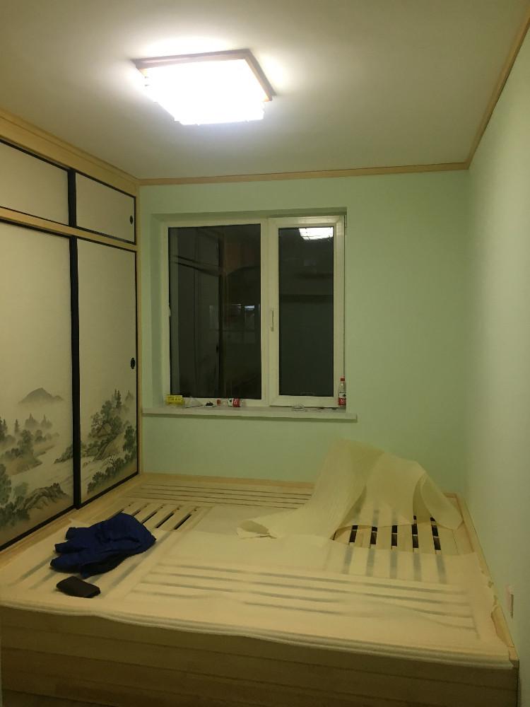 他家的样板间设计的充分利用了空间,最后做成2米地炕,配上绿色的涂料