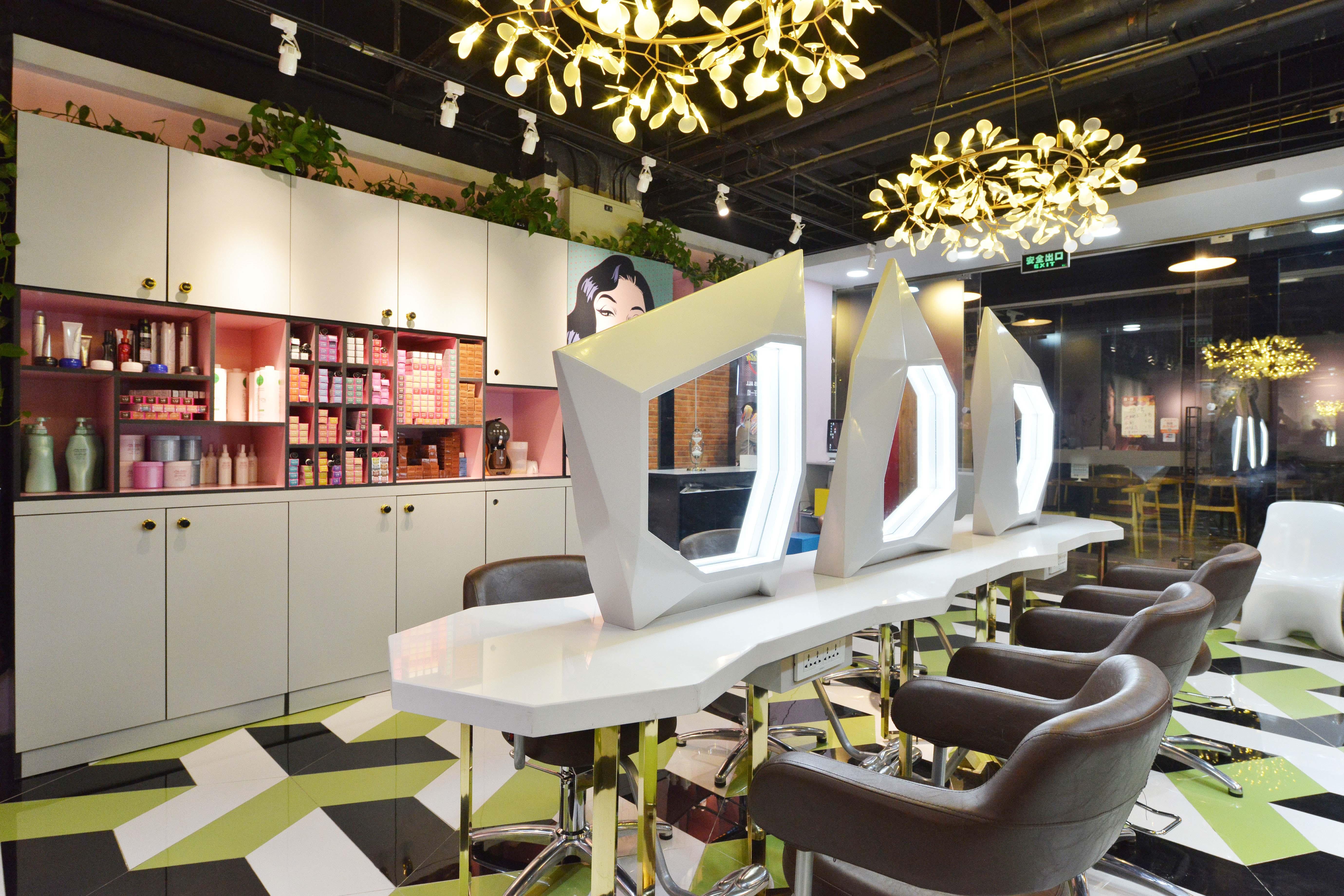时尚前卫美妆店装修镜台设计