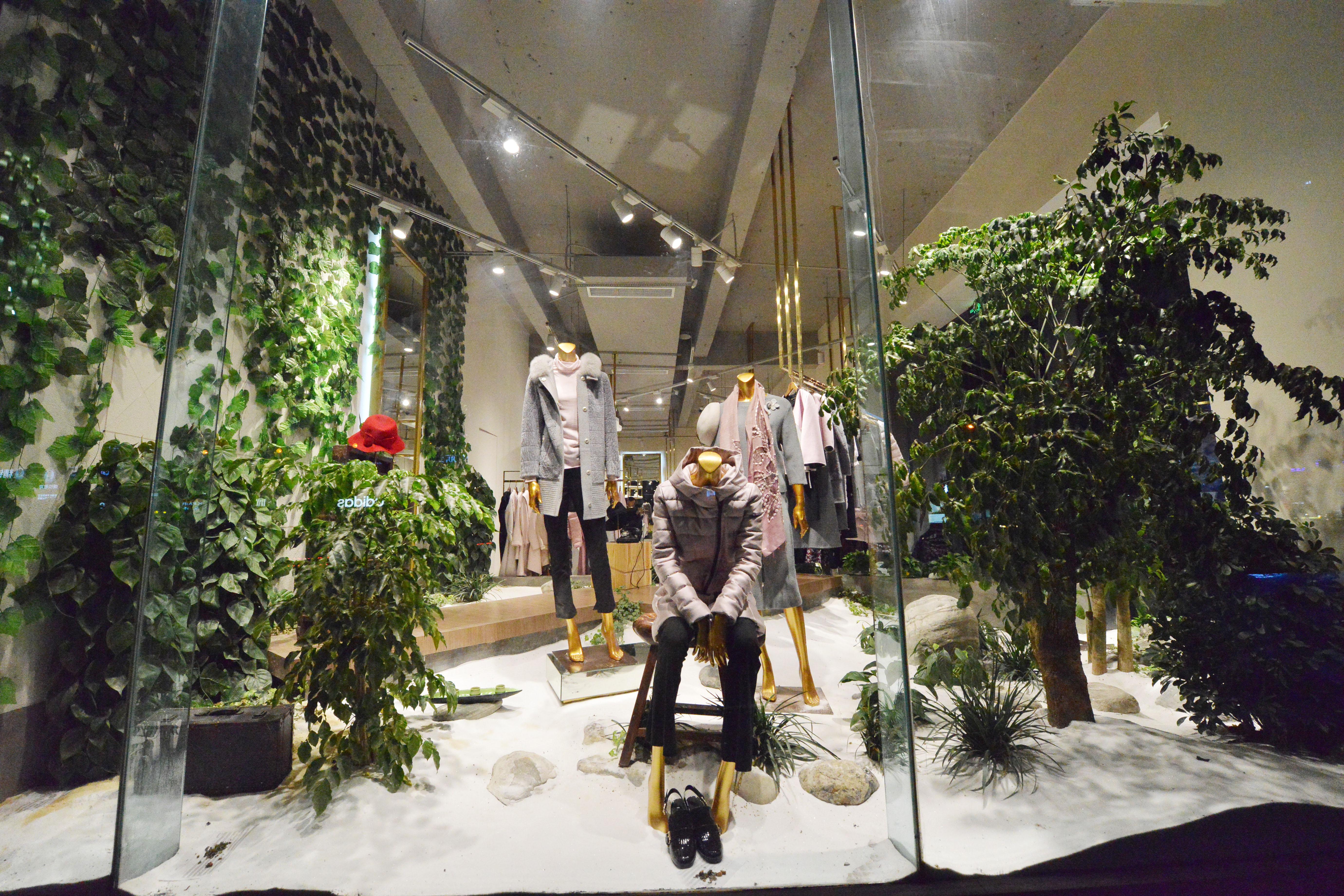 简约轻奢服装店装修小园林橱窗设计