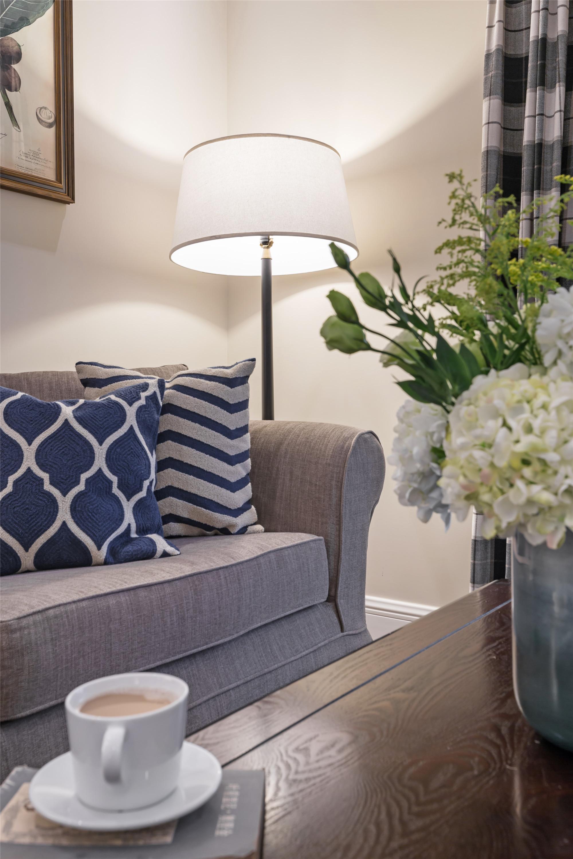 90平美式二居装修沙发一角