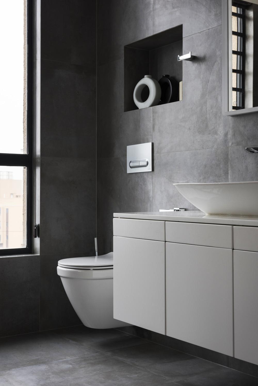 130平现代简约家卫生间装潢图