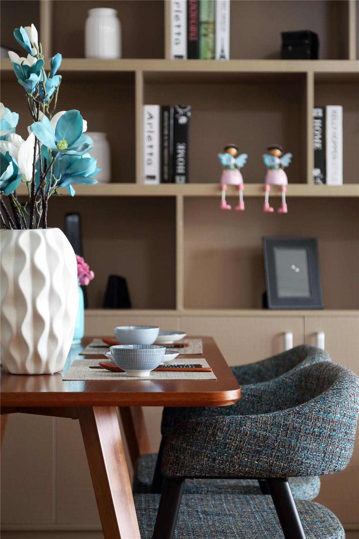 90平现代简约二居装修餐桌图片