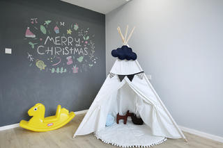 北欧复式装修儿童房一角