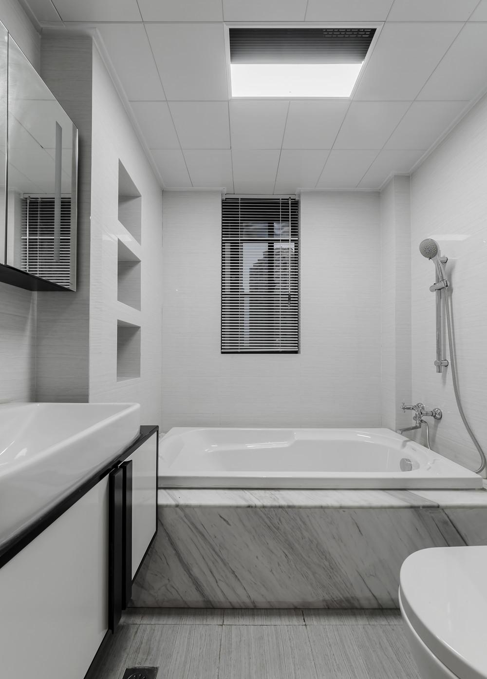 三居简约装修卫生间设计图