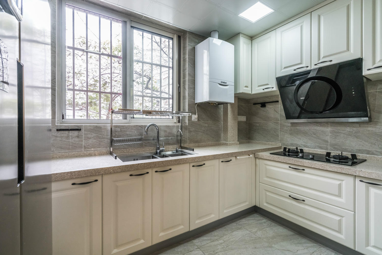白色橱柜灰色大理石台面整体空间明亮整洁