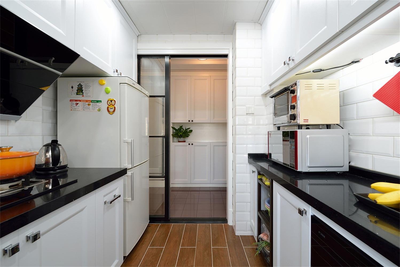 110平混搭三居装修厨房移门设计