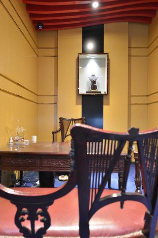 25平珠宝店装修桌椅图片
