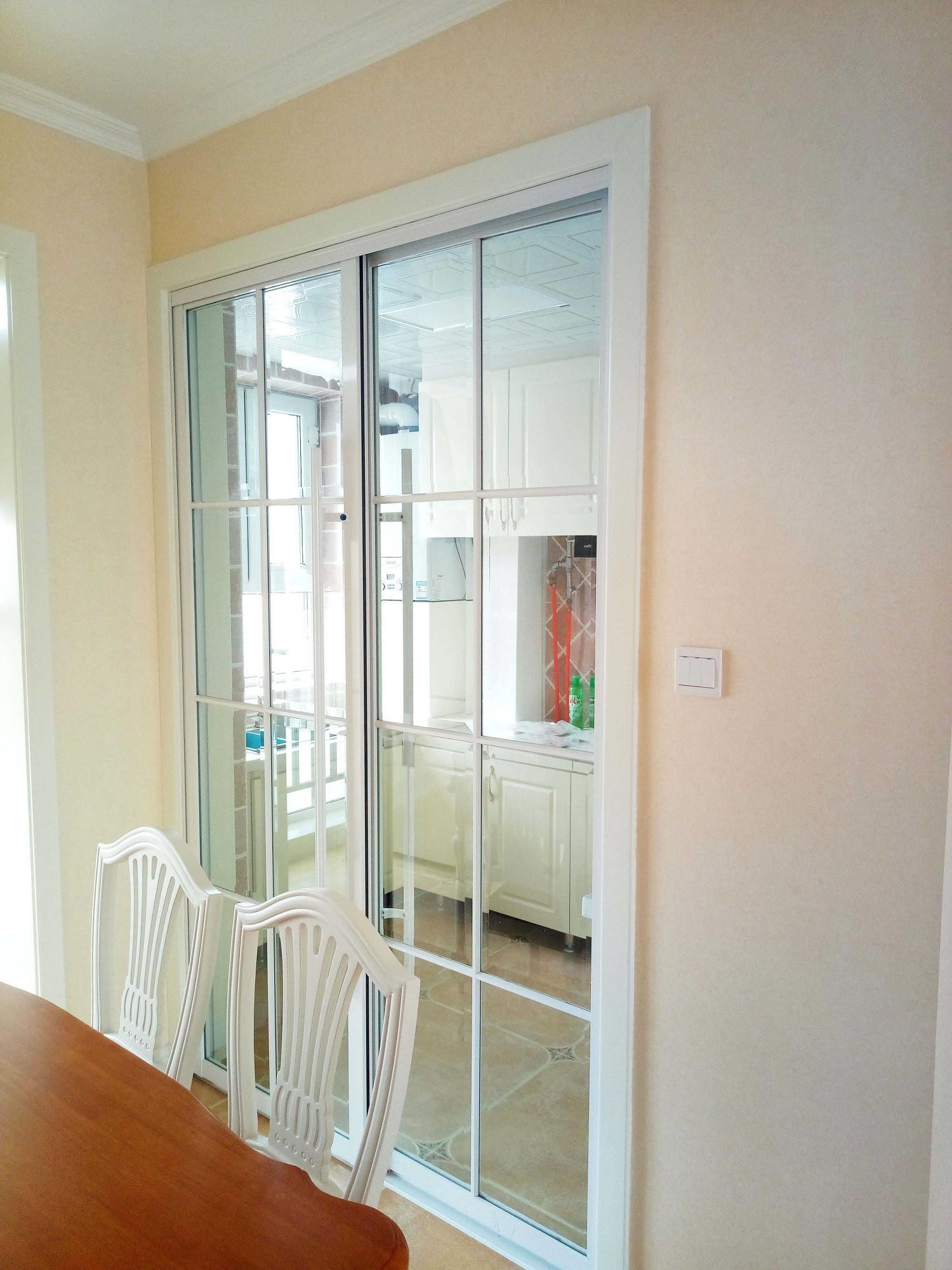 简约美式三居装修厨房移门设计