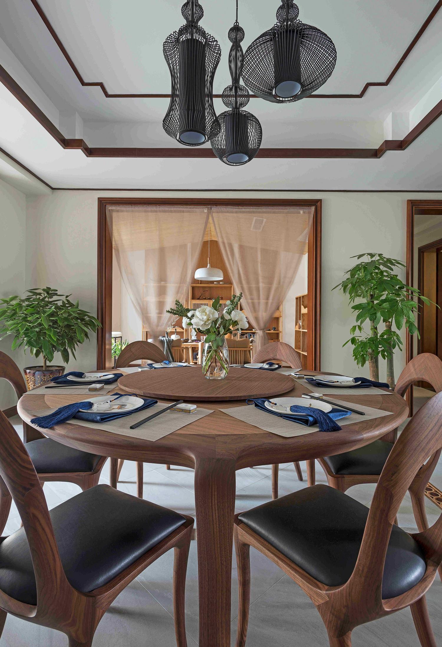 大户型中式装修餐桌图片