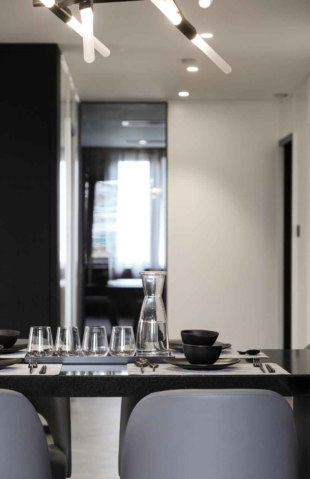黑白灰三居设计餐桌摆件