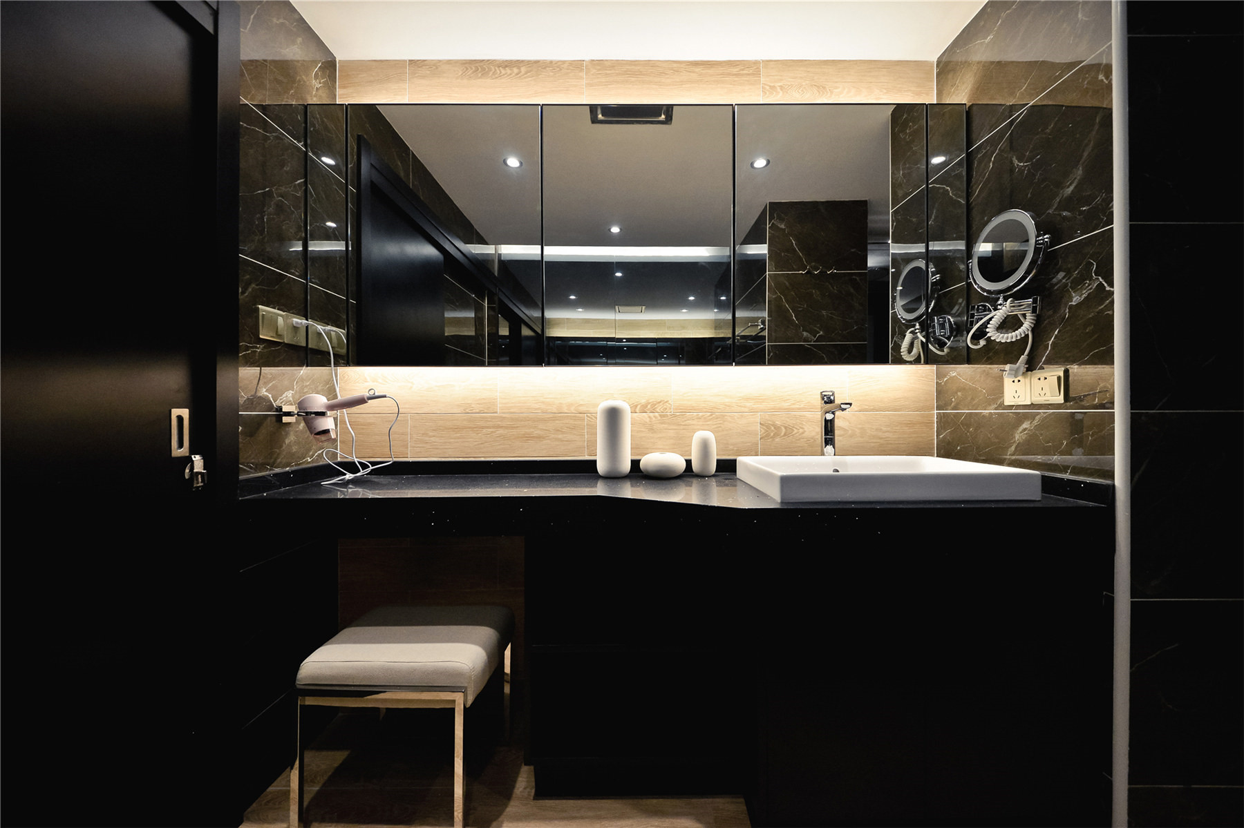黑白简约风装修洗手台图片