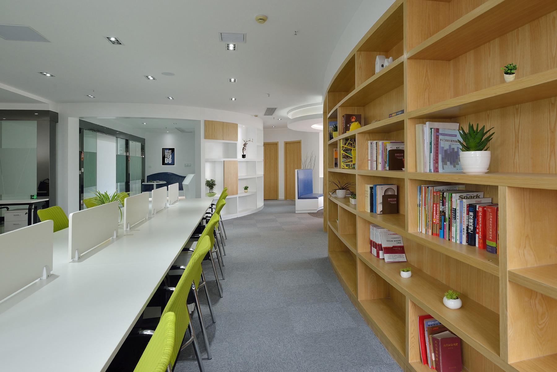 现代简约办公室设计过道图片
