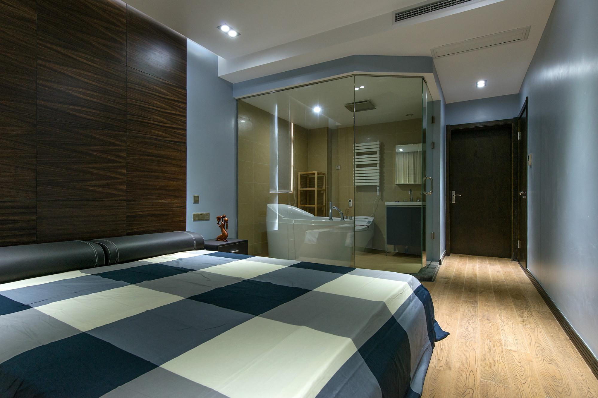 现代三居装修全透明主卫设计