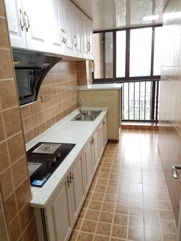 厨房考虑业的耐脏的问题和空间的问题就将厨房和生活阳台打通