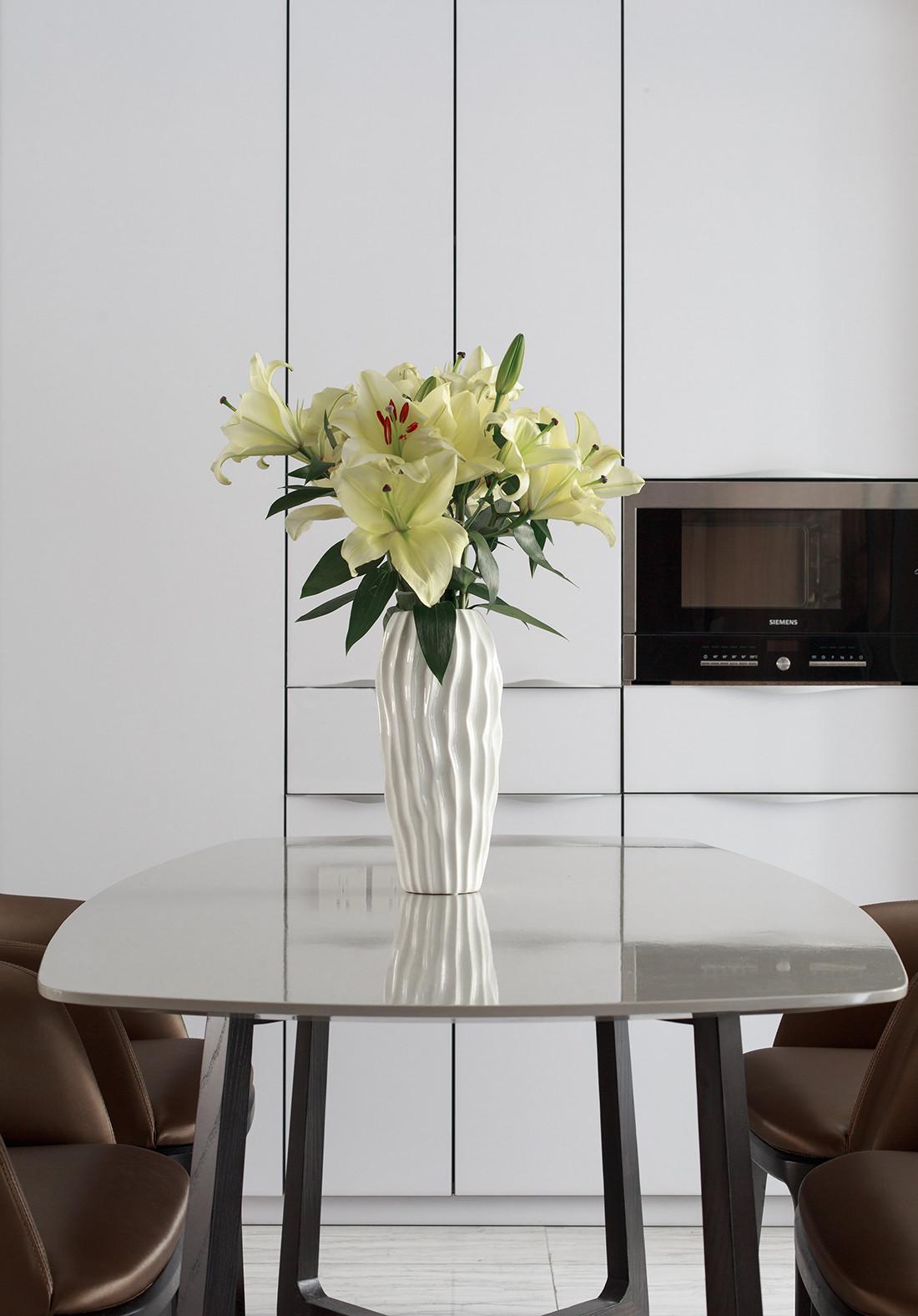 简约三居装修餐桌装饰花瓶图片