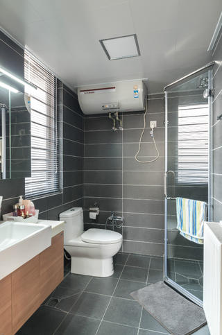 140平现代简约家装修卫生间装潢图