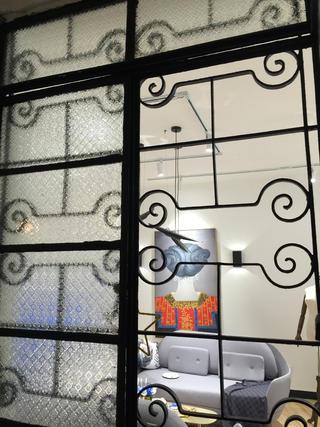 黑白灰调简约装修铁窗图片