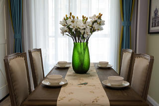 130平美式装修餐桌椅图片
