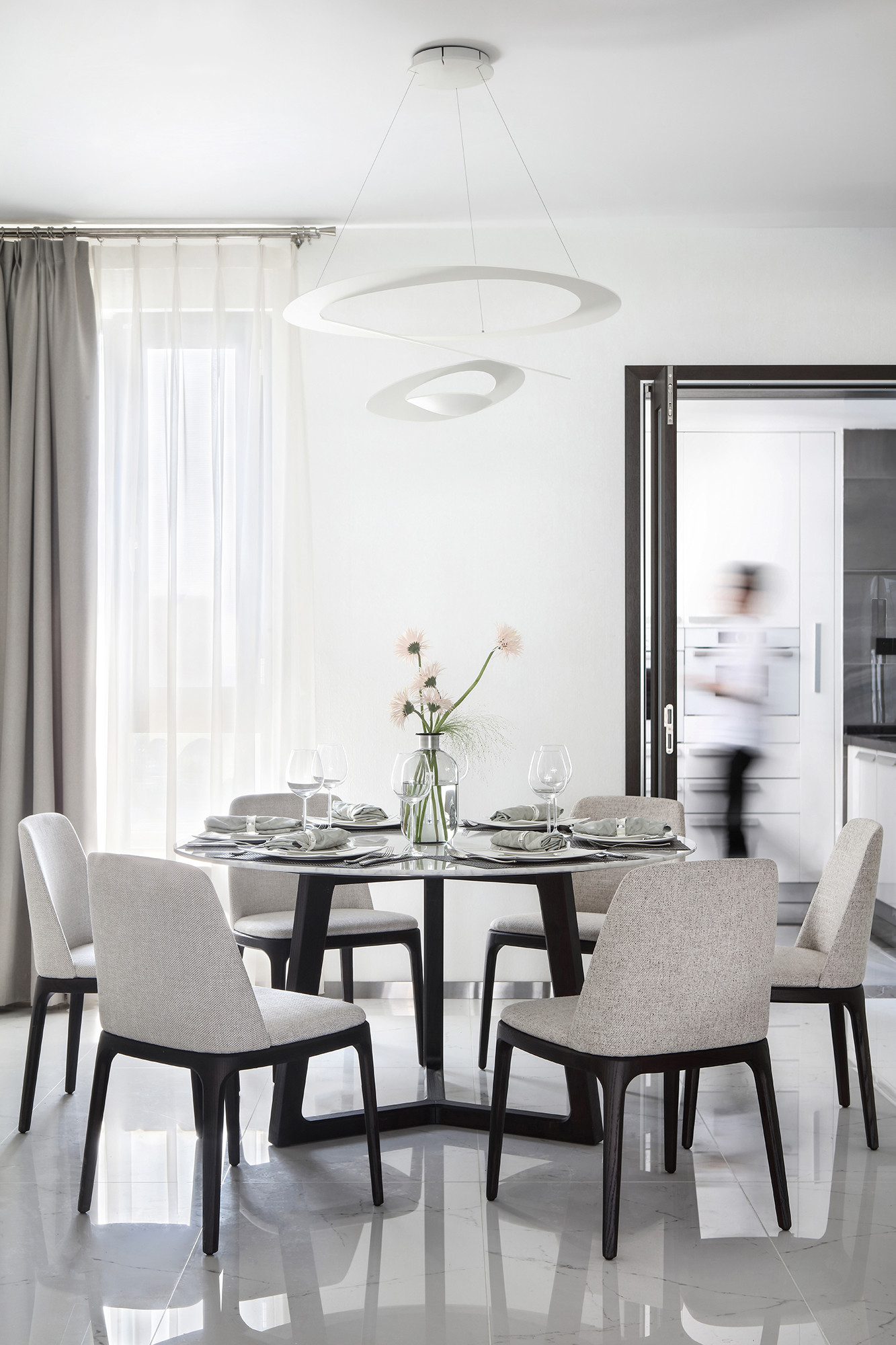 大户型现代简约家餐桌图片
