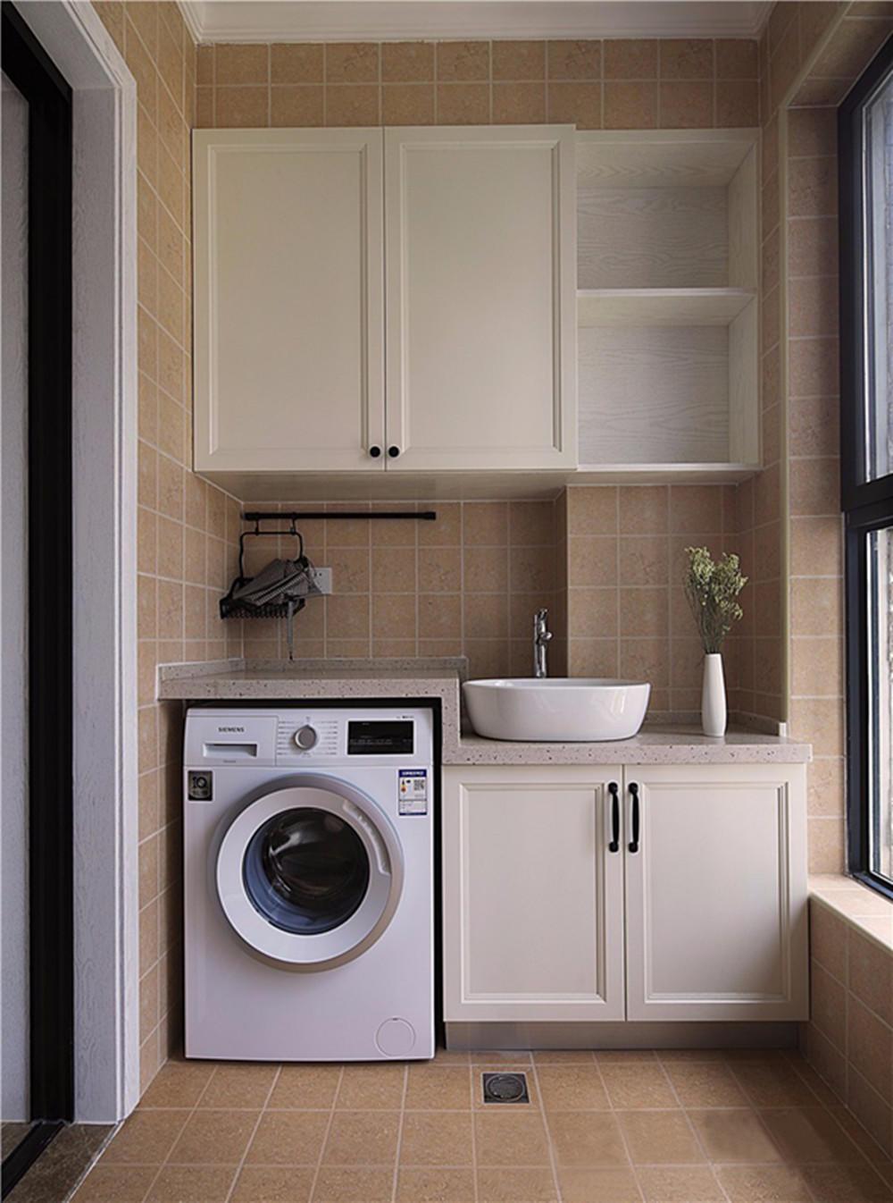 洗衣机采用嵌入式,增大了阳台的空间感.图片