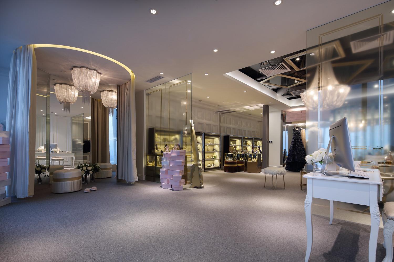 原创轻奢品牌店铺装修玻璃隔断设计