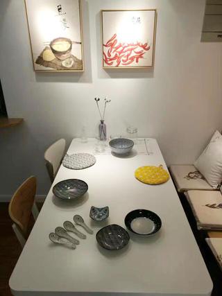 90平现代简约装修餐桌布置图