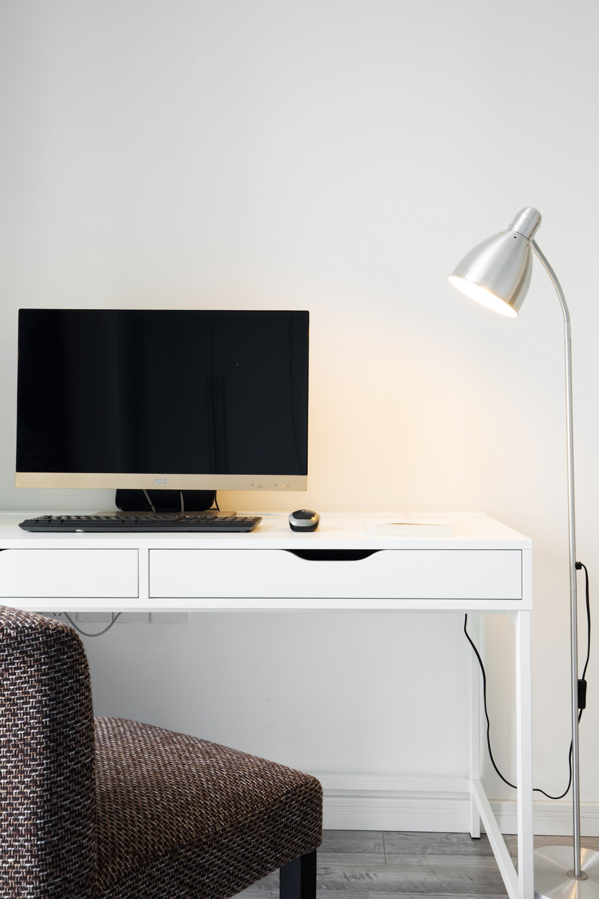现代简约二居装修书桌图片