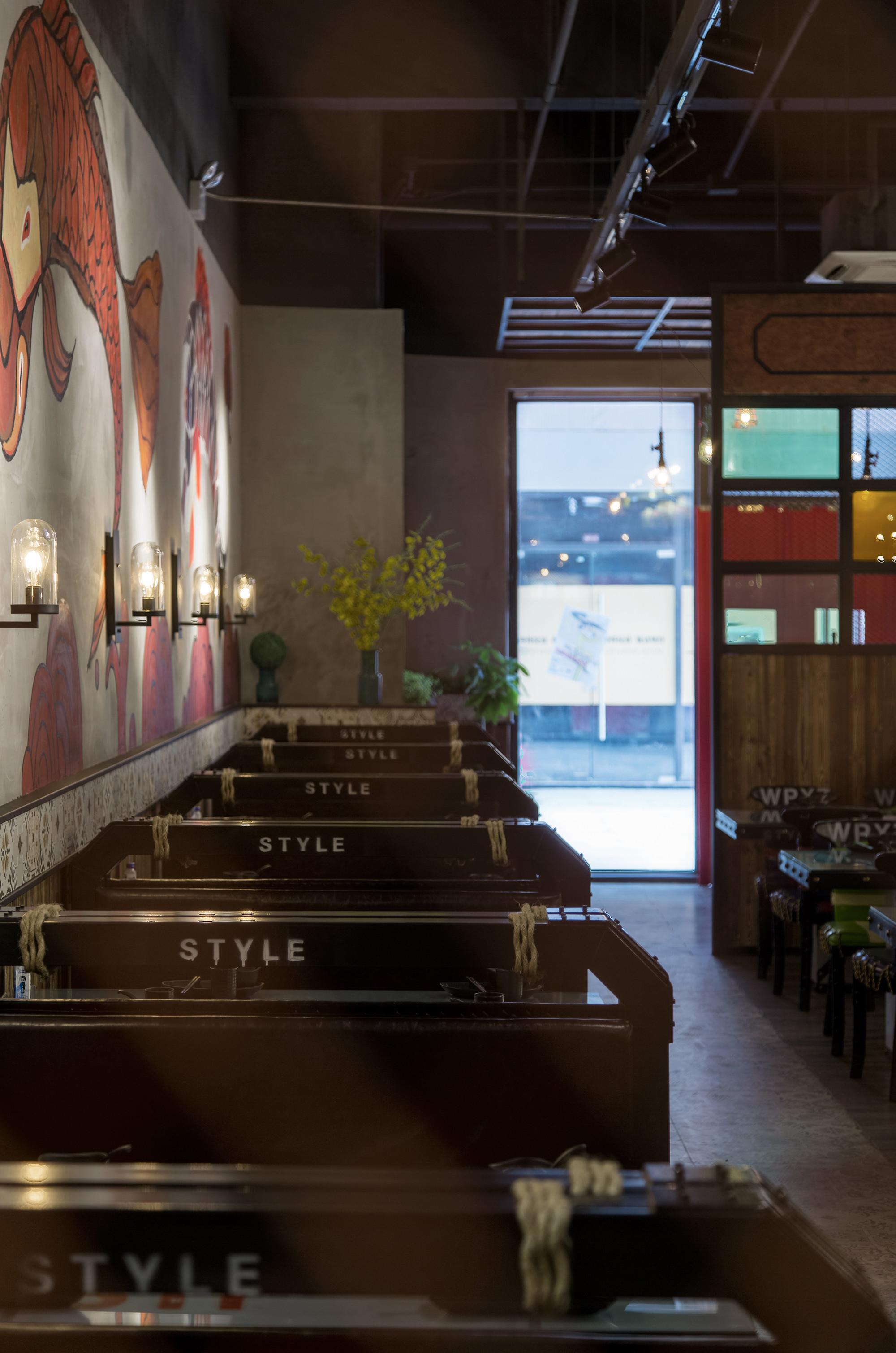 鲈鱼主题餐厅装修壁灯设计