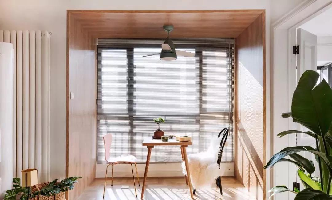 買房之后,陽臺的裝修也是很重要的,要解決日常曬衣服,要能種種花草,滿足個人生活小情趣;要能喝喝茶聊聊天,豐富日常生活等等。陽臺有百用,下面就來看看陽臺裝修的問題! 陽臺貼磚不能湊合 不論是封閉式的陽臺還是開放式的陽臺,地面都會長期被紫外線照射,或者刮風下雨的時候被淋濕,曬衣服的時候有積水。