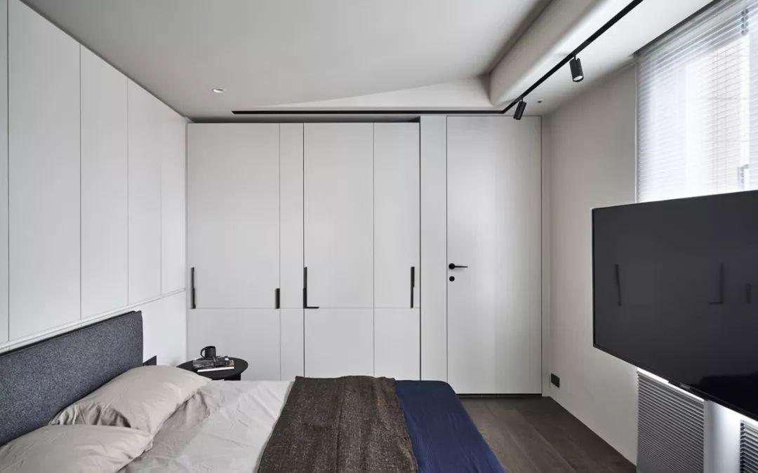 白色的落地衣柜加上可旋转电视