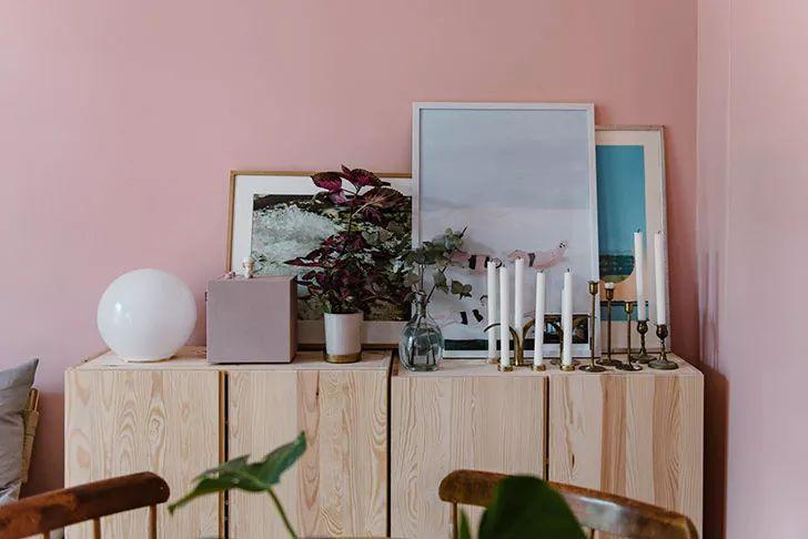 客厅与房间的分隔全部用粉色的窗帘来完成是个节省空间的好方法.
