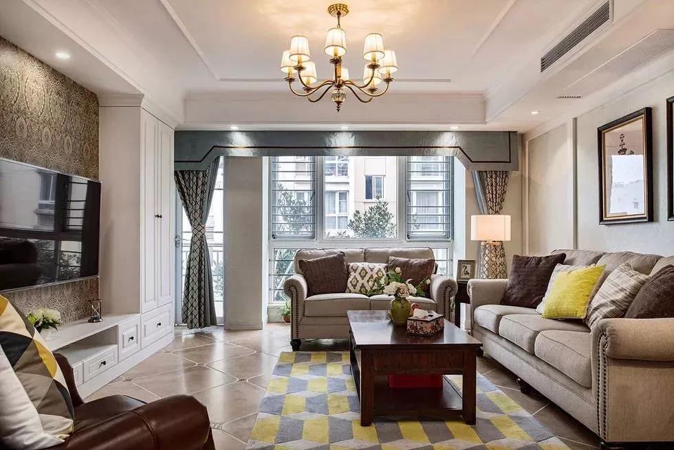 窗帘的颜色可以根据喜欢的色彩挑选,当然也要根据整个家居的装修风格。不同的色彩传达的不一样的视觉美感。如果是居住了多年的房子,换一种窗帘的色彩可能会让你体验到不一样的效果,所以说室内窗帘的作用也是不可小觑的,但是窗帘色彩的搭配也是需要技巧的,下面是小编为你介绍的客厅窗帘什么颜色好-不同客厅风格不同窗帘搭配,希望对你的客厅窗帘选购有所帮助。