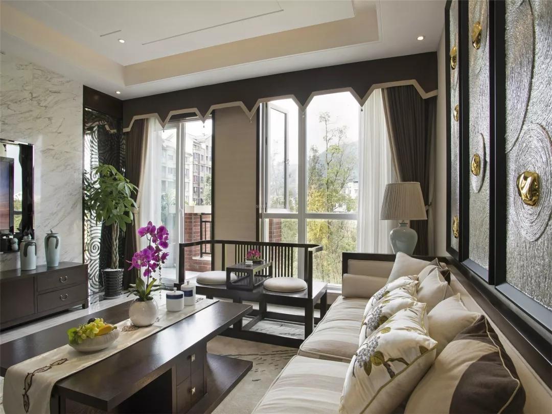 客厅是欧式风格,阳台隔断却选择了中式风格,这样会让人觉得有些错位