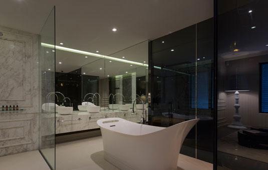主卧室的卫浴间是人们最为关心的打造重点,它的开放尺度也似乎影响着卧室的风情。如果有改变的机会,是否可以回避一直在使用着的全封闭的卫浴间,体验一下开放式的灵活;或者习惯了全开放式的卫浴间的自由,就去感受一下封闭式的宁静。  卫浴间的设计总是千篇一律没有什么大的突破,但是没有设计不了的空间,只有不愿花心思的懒主人,因此巧妙的利用好自家的空间特点,也许就能带来意想不到的效果。