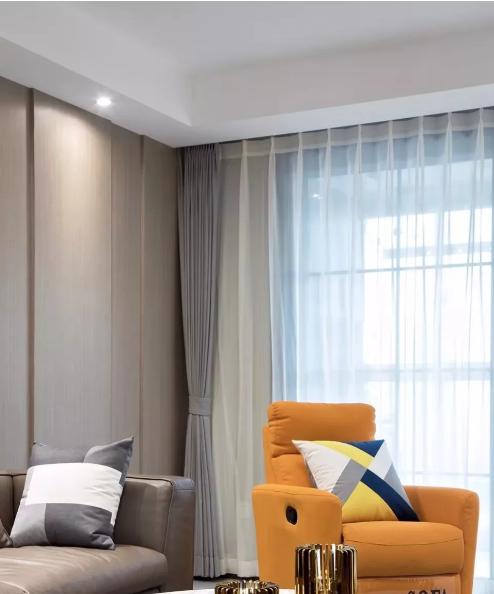 灰色调皮质主沙发搭配木纹背景墙,凹槽处理增添层次感,暖橘色头等舱